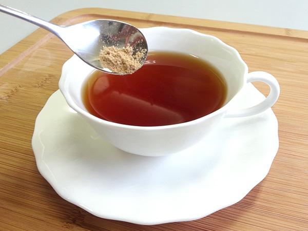 紅茶に蒸し生姜を混ぜる