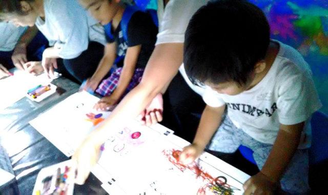 チームラボのお絵かきタウンの絵柄を必死で描く息子たち