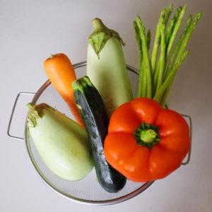 まずは冷蔵庫にある野菜を集めます。