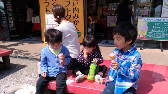 子供たちもソフトクリームを食べる