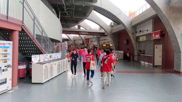 試合が始まる前のマツダスタジアムは人が少ないです