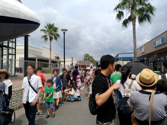 マリーナホップのマリホ水族館に並ぶ人々