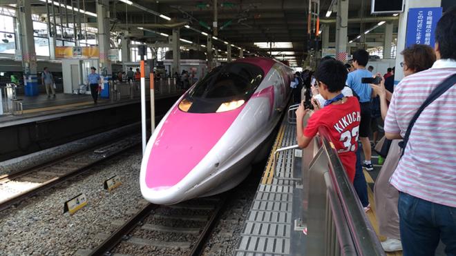 広島駅に到着したハローキティ新幹線