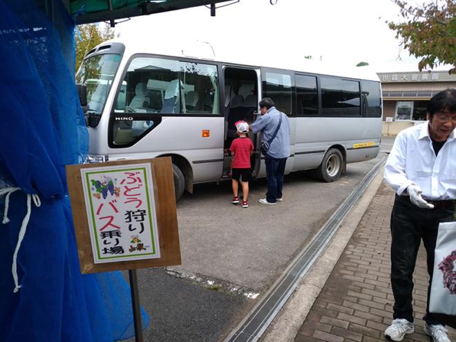ぶどう狩りにはバスで移動します