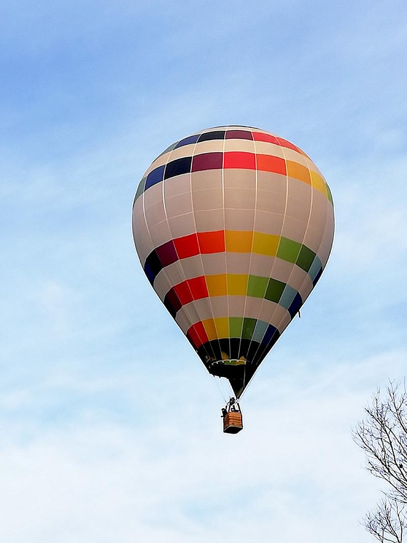 虹色が美しい熱気球