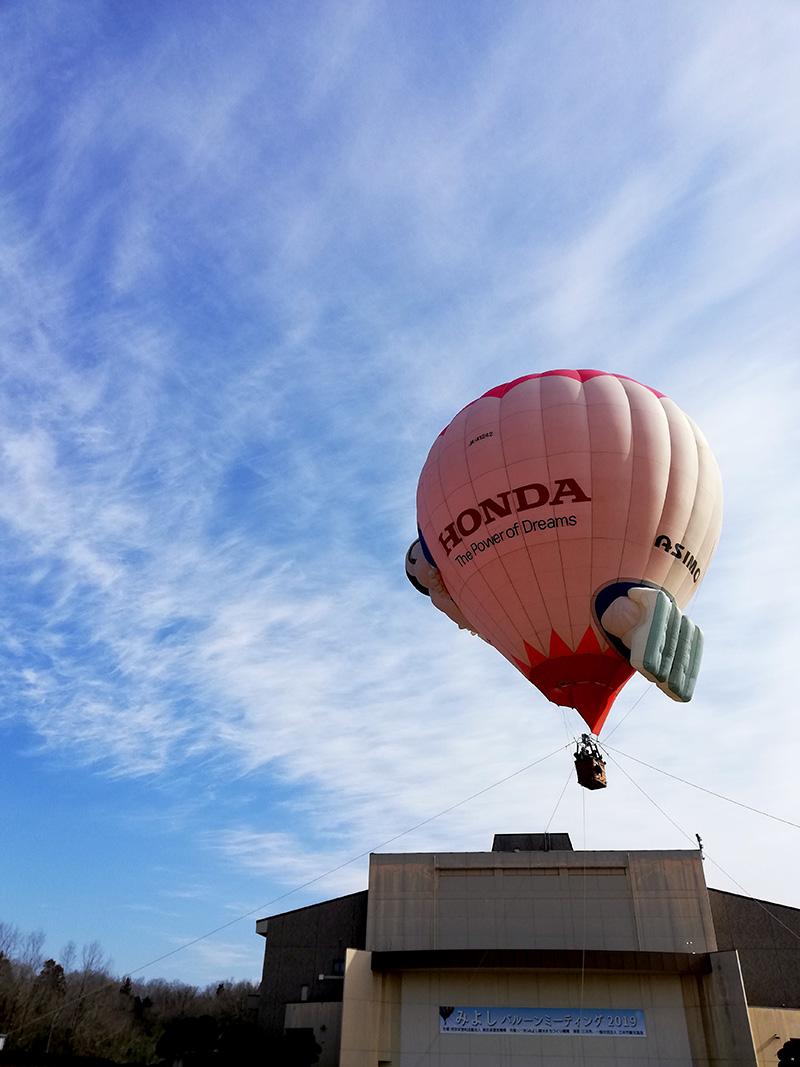 青空に浮かぶ熱気球はいい