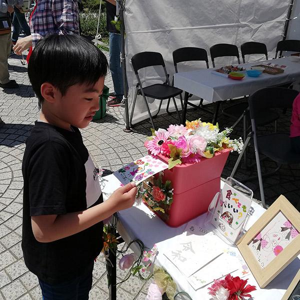 おりづるポストカードを書いた少年。メッセージが届きますように。