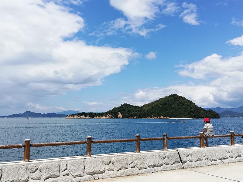 大久野島から海を望む。晴れると瀬戸内の海がいっそうまぶしい。