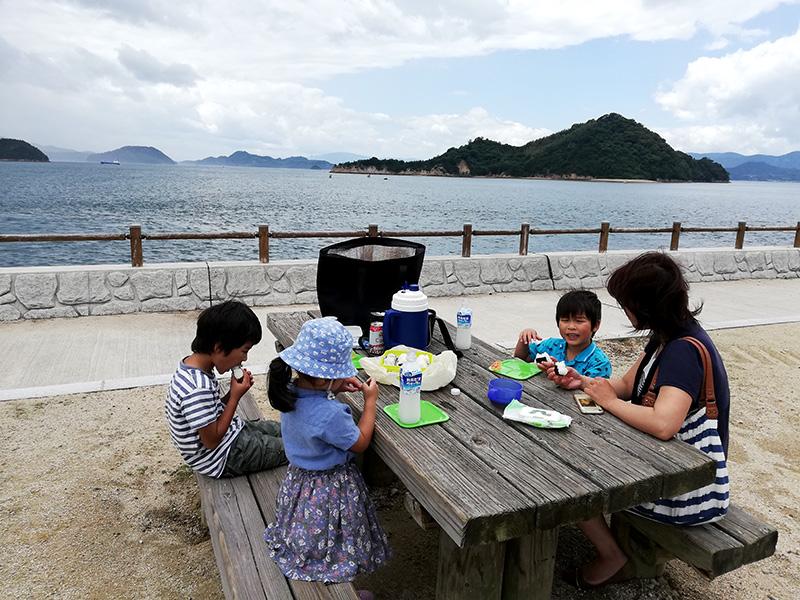大久野島でお弁当を食べる家族