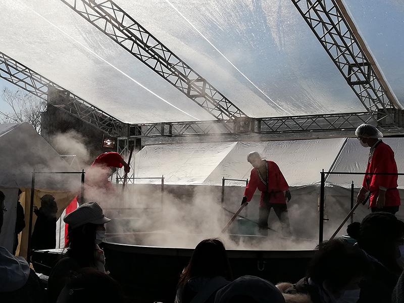 超巨大牡蠣鍋を目の前で見てみた。すごい湯気で何も見えない。